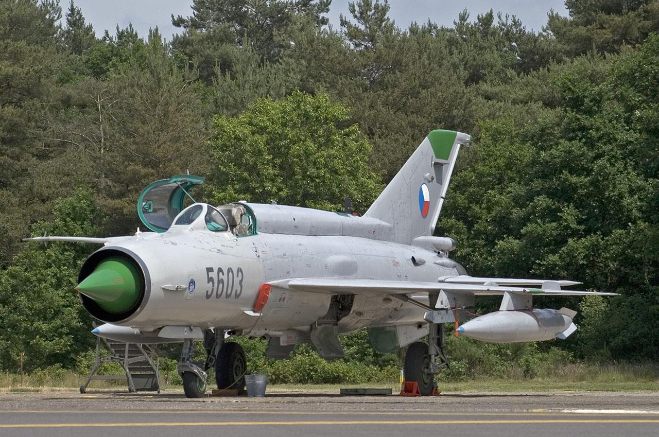 http://www.hottail.nl/basevisits/2005/0608-KleineBrogel/Images/CzAF-MiG21-5603-1.jpg