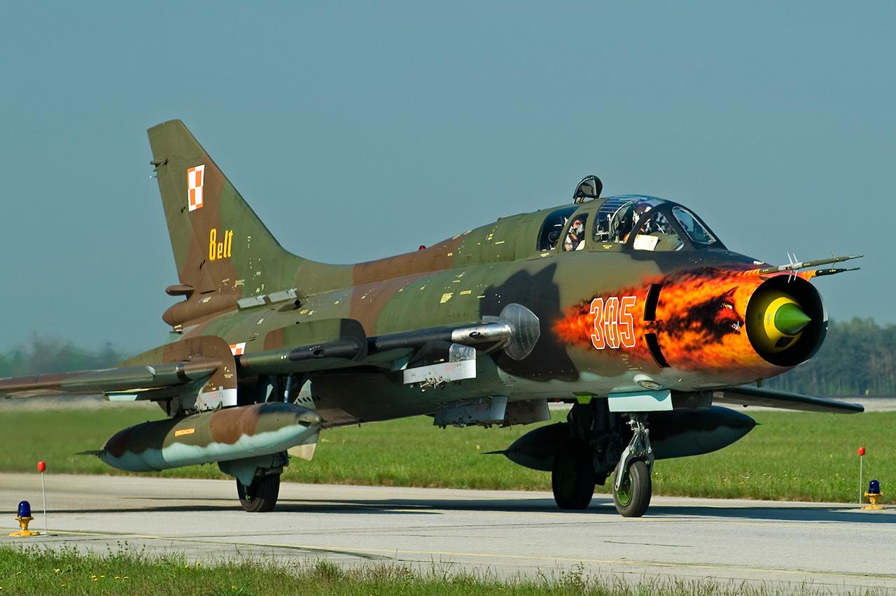 Galerry Sukhoi Su 22UM 3K Fitter 305 12 BL 8 ELT taxiing